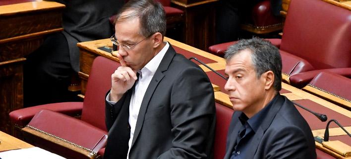 Ο Γιώργος Μαυρωτάς και ο Σταύρος Θεοδωράκης στη Βουλή / Φωτογραφία: Intimenews/ΧΑΛΚΙΟΠΟΥΛΟΣ ΝΙΚΟΣ
