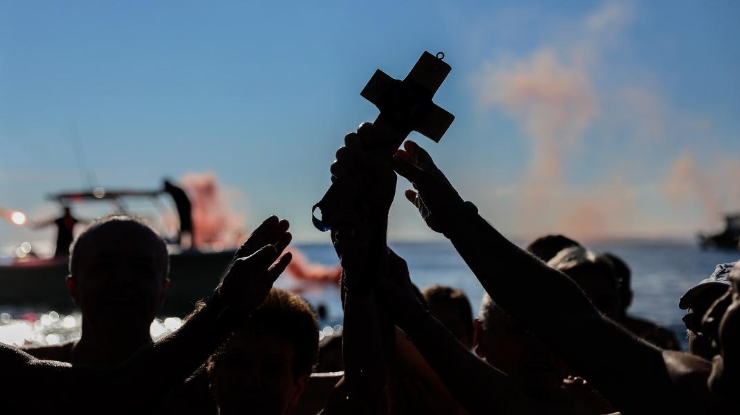 Η «μάχη» για τον Σταυρό τα Θεοφάνεια -Φωτογραφία: Intimenews/ΛΙΑΚΟΣ ΓΙΑΝΝΗΣ