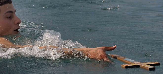 Θεοφάνεια: Με λαμπρότητα και αρκετούς κολυμβητές καθαγιάστηκαν τα ύδατα
