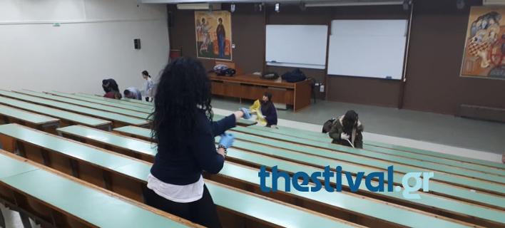Φοιτητές καθαρίζουν τη Θεολογική Σχολή του ΑΠΘ μετά τους βανδαλισμούς [εικόνες & βίντεο]