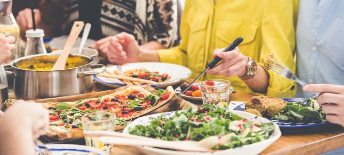 Μια παρέα τρώει πίτσα στο σπίτι, Φωτογραφία: Shutterstock