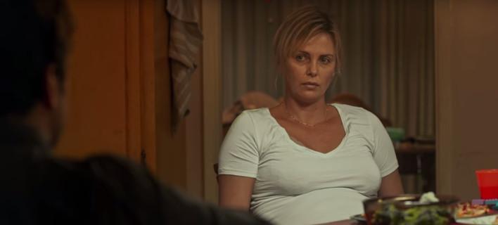 Η σκοτεινή πλευρά της μητρότητας -Η Σαρλίζ Θερόν συγκλονίζει ως μητέρα τριών παιδιών [βίντεο]