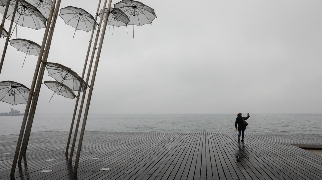Υπέροχο χειμωνιάτικο σκηνικό στη Θεσσαλονίκη με φόντο τον Θερμαϊκό και τις ομπρέλλες Ζογγολόπουλου -Φωτογραφία: Konstantinos Tsakalidis / SOOC