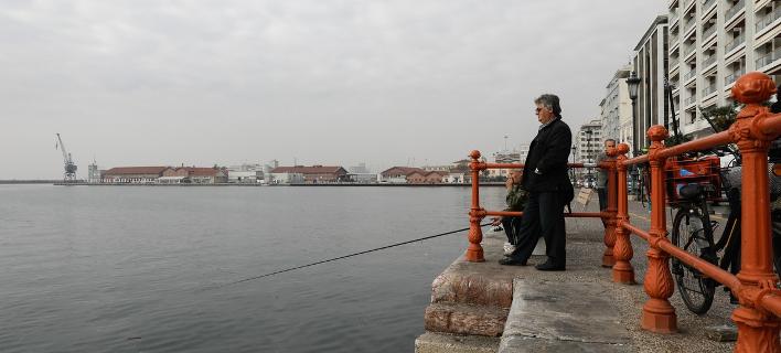 Ψάρεμα στην προκυμαία στη Θεσσαλονίκη / Φωτογραφία: Konstantinos Tsakalidis / SOOC