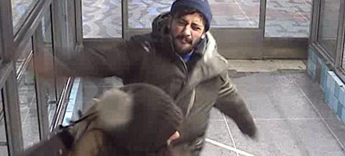 Ληστής χτυπά στο πρόσωπο μητέρα που τον εμπόδισε να κλέψει μια ηλικιωμένη [βίντεο]