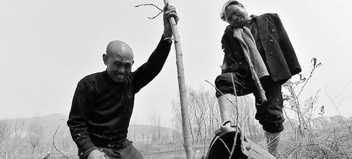 Ενας τυφλός και ένας ανάπηρος χωρίς χέρια φύτεψαν μαζί 10.000 δέντρα για να προστατεύσουν το χωριό τους από τις πλημμύρες [εικόνες]
