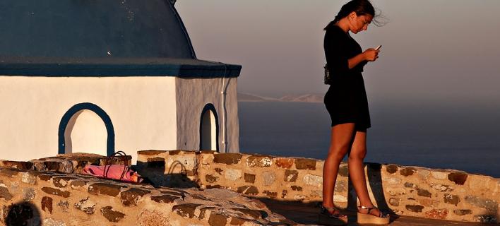 Κοπέλα στέλνει sms από το κινητό της τηλέφωνο / Φωτογραφία: Alexandros Michailidis / SOOC