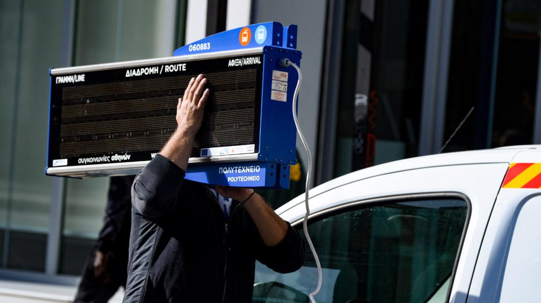 Στην κατάληψη του Πολυτεχνείου, αντιεξουσιαστής κουβαλά κομμάτι τηλεματικής στάσης λεωφορείου - Φωτογραφία: Intimenews/ΧΑΛΚΙΟΠΟΥΛΟΣ ΝΙΚΟΣ