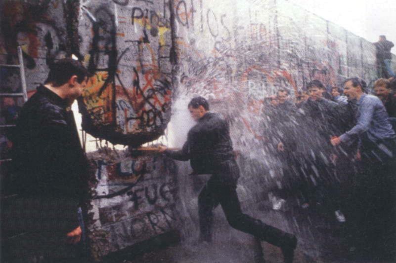 9 Νοεμβρίου 1989: Το Τείχος του Βερολίνου πέφτει, ενώνει την Ευρώπη και την αλλάζει για πάντα [εικόνες&βίντεο] | iefimerida.gr 5