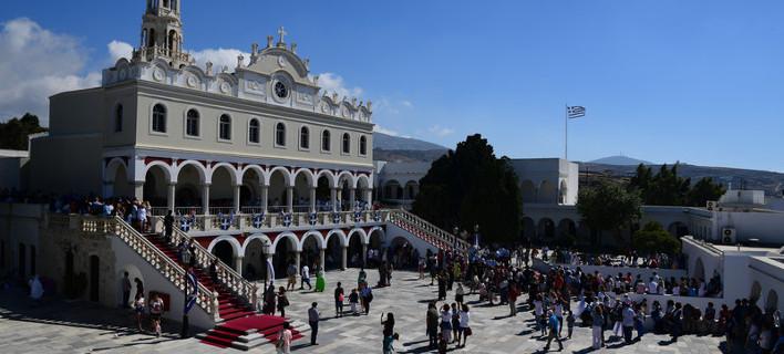 Η κορύφωση του Δεκαπενταύγουστου στην Τήνο -Χιλιάδες πιστοί στη Μεγαλόχαρη [εικόνες]
