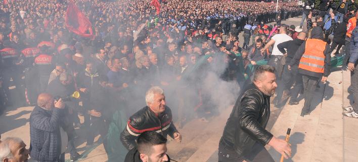 Χάος έξω από το κοινοβούλιο των Τιράνων (Φωτογραφία: AP Photo/ Hektor Pustina)