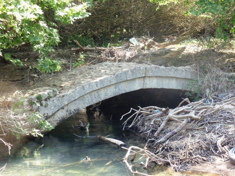 Το γεφύρι της Γκουμάνης, των τελευταίων χρόνων του 19ου αιώνα, κινδυνεύει από τη στάθμη του νερού