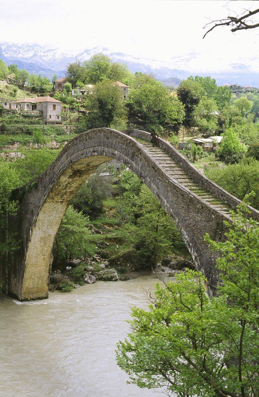 Το γεφύρι της Πλάκας πριν το παρασύρουν και το γκρεμίσουν τα νερά του ποταμού...