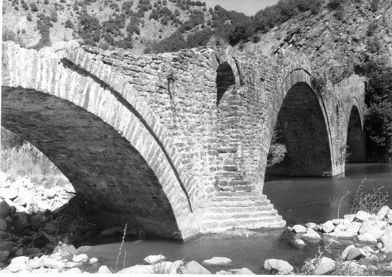 Το υπέροχο γεφύρι του Παπαστάθη βρίσκεται σε κίνδυνο