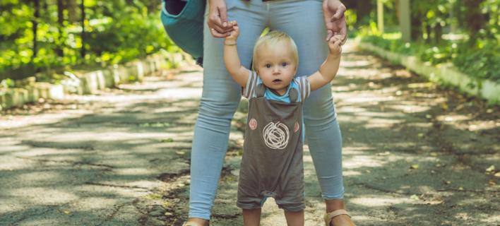 Ενα παιδί στα πόδια της μητέρας του, Φωτογραφία: Shutterstock/By Elizaveta Galitckaia