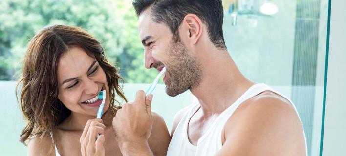 Ζευγάρι πλένουν τα δόντια τους/Φωτογραφία Shutterstok