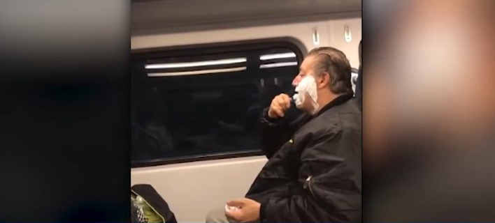 Ο Άντονι Τόρες την ώρα που ξυρίζεται στο τρένο. Φωτογραφία: YouTube