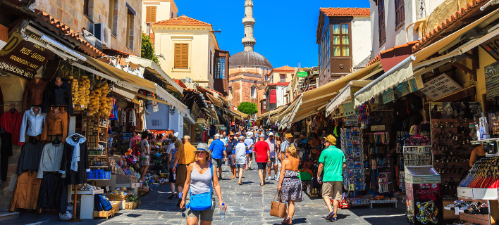Πόσα χρήματα ξοδεύουν την ημέρα οι ξένοι τουρίστες στην Ελλάδα /Φωτογραφία: Shutterstock