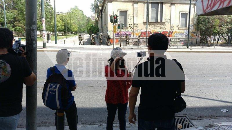Θέατρο του παραλόγου στην Αθήνα. ΜΑΤ κυνηγούν αναρχικούς και τουρίστες βγάζουν selfie