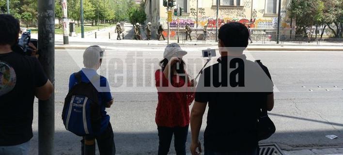 Τουρίστες βγάζουν selfie με φόντο τον κλεφτοπόλεμο ΜΑΤ-αναρχικών στο Πολυτεχνείο [εικόνες]