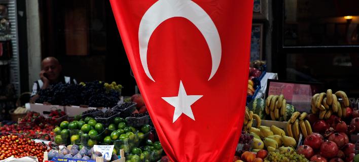 Η τουρκική σημαία σε αγορά της Κωνσταντινούπολης/Φωτογραφία: ΑΡ