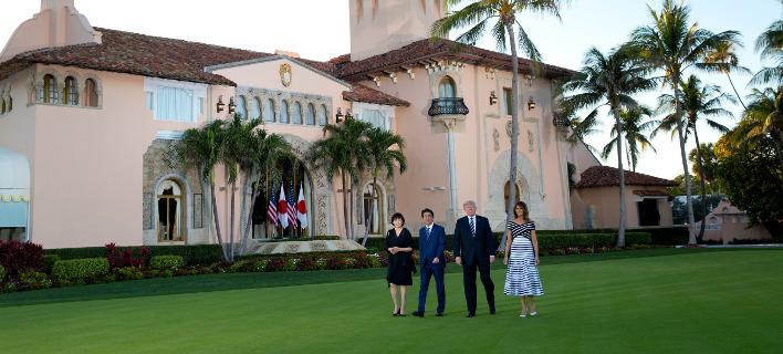O Nτόναλντ Τραμπ και η Μελάνια με το πρωθυπουργικό ζεύγος της Ιαπωνίας στο Μαρ-α-Λάγκο (Φωτογραφία: ΑΡ)