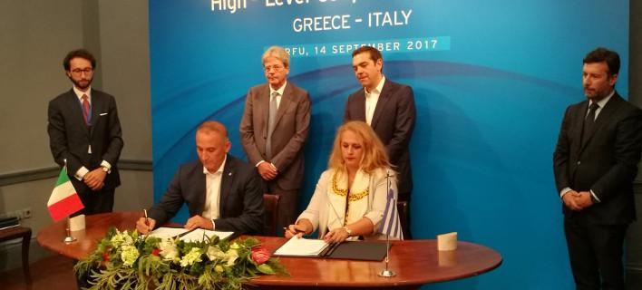 Η πρόεδρος του ΤΑΙΠΕΔ και ο διεθύνων σύμβουλος της ιταλικής εταιρείας υπογράφουν τη συμφωνία