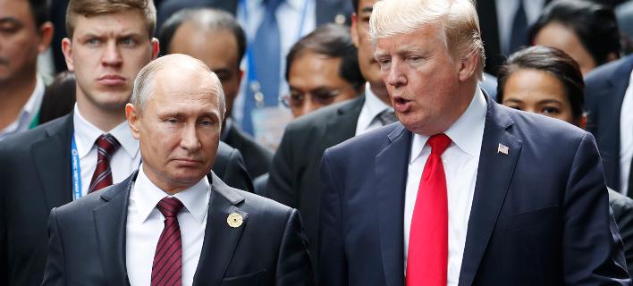Ο Βλαντίμιρ Πούτιν και ο Ντόναλντ Τραμπ στη Σύνοδο της APEC τον Νοέμβριο (Φωτογραφία: Jorge Silva/Pool Photo via AP)