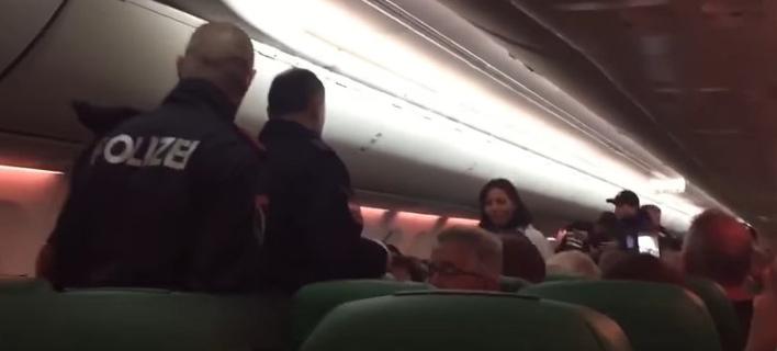 Απίστευτο: Αεροπλάνο έκανε μη προγραμματισμένη στάση λόγω... αερίων επιβάτη -Ξέσπασε καβγάς [βίντεο]