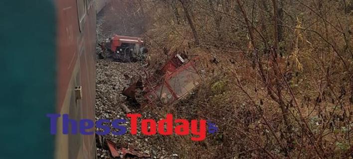 Τρένο συγκρούστηκε με τρακτέρ/ Φωτογραφία: thesstoday