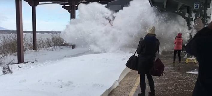 Τρένο σκέπασε με χιόνι όσους περίμεναν στον σταθμό - Μοναδικό βίντεο