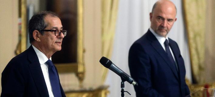 Ο Ιταλός υπουργός Οικονομικών Τζιοβάνι Τρία με τον ευρωπαίο επίτροπο Πιέρ Μοσκοβισί/Φωτογραφία: AP