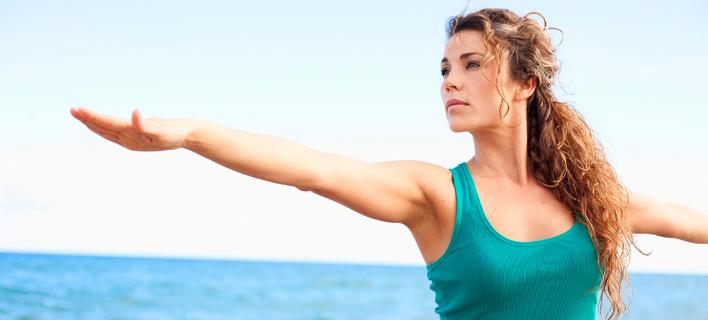 Γυναίκα κάνει γιόγκα /Φωτογραφία: Shutterstock