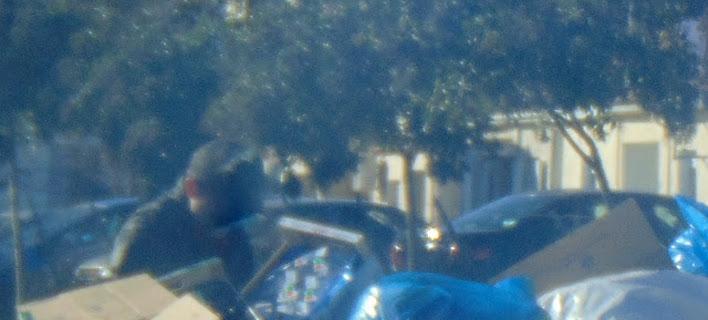 Ενας κάτοικος της πόλης των Τρικάλων ψάχνει στα σκουπίδια για φαγητό -Φωτογραφία: trikalazoom