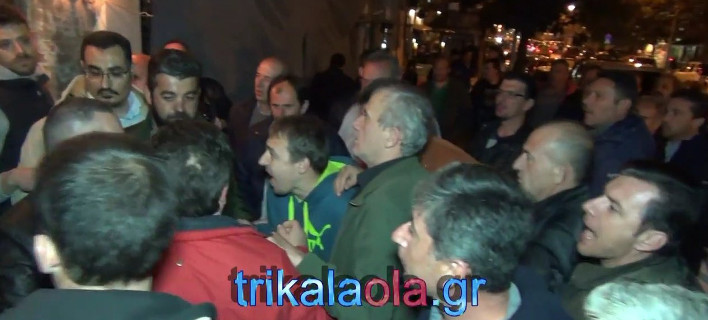 Τρίκαλα: Ντου αγροτών σε εκδήλωση του ΣΥΡΙΖΑ - «Πουλημένοι» φώναζαν  [εικόνες&βίντεο]