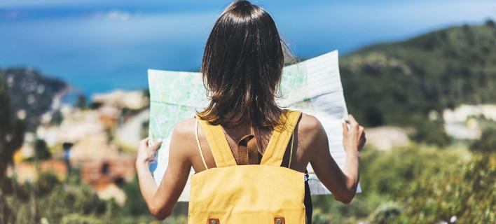 Μια γυναίκα κοιτάει έναν χάρτη, Φωτογραφία: Shutterstock