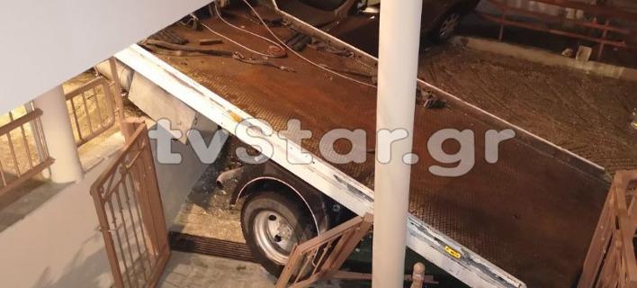 Απίστευτο τροχαίο στη Λαμία: Αυτοκίνητο και φορτηγό κατέληξαν σε... αυλή σπιτιού [εικόνες]