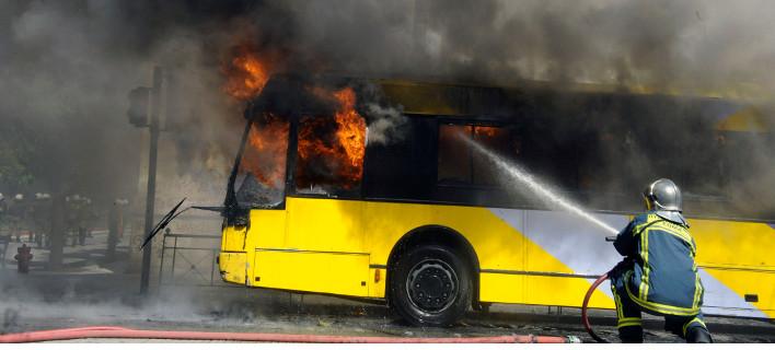 Επεισόδια στο Πολυτεχνείο: Αντιεξουσιαστές έβαλαν φωτιά σε τρόλεϊ [εικόνες]