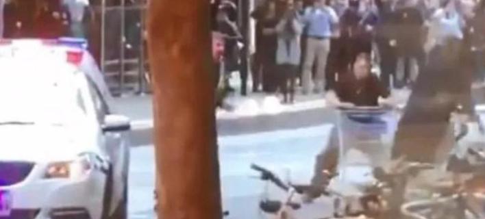 O Μάικλ Ρότζερς προσπάθησε να σταματήσει μ' ένα καροτσάκι σουπερμάρκετ τον δράστη της επίθεσης (Φωτογραφία: YouTube)