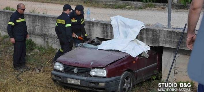 Θανατηφόρο τροχαίο-σοκ στο Ναύπλιο: Αμάξι σφήνωσε κάτω από τσιμεντένιο γεφυράκι [εικόνες]