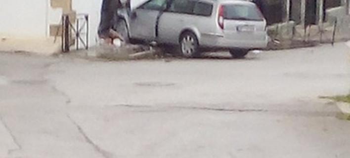 Ασύλληπτο: Αυτοκίνητο μπούκαρε σε σπίτι σε Χανιά [εικόνες]