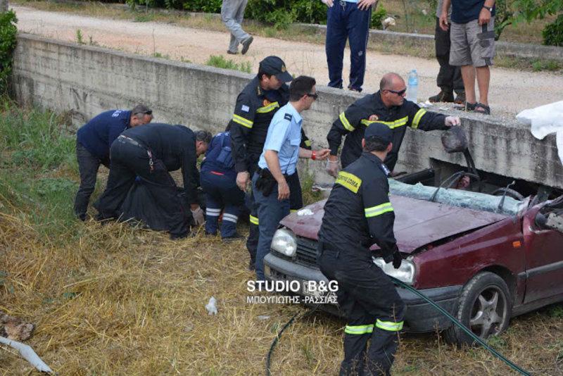 troxaio1aaa iefimerida - Ναύπλιο: Αυτοκίνητο σφήνωσε σε τσιμεντένιο γεφυράκι - Νεκρός ο οδηγός. (Φώτο)