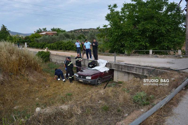 troxaio1aaaa iefimerida - Ναύπλιο: Αυτοκίνητο σφήνωσε σε τσιμεντένιο γεφυράκι - Νεκρός ο οδηγός. (Φώτο)