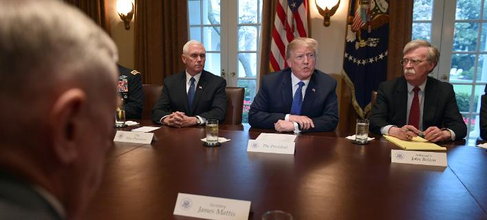 O Ντόναλντ Τραμπ περιστοιχισμένος από τον υπ ΑΜ, Μάτις και τον σύμβουλο Εθν. Ασφαλείας Μπόλτον (Φωτογραφία: ΑΡ)