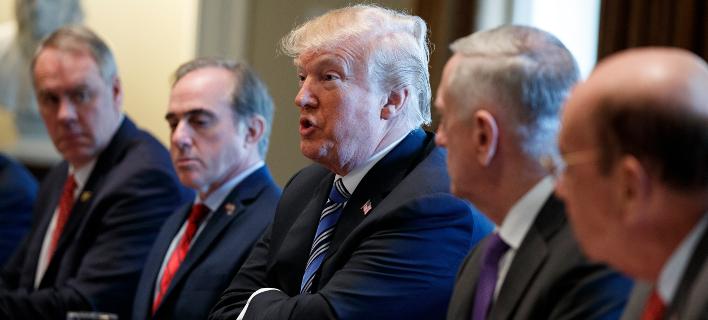 Ο Τραμπ υπέγραψε την επιβολή δασμών (Φωτογραφία: AP Photo/Evan Vucci)