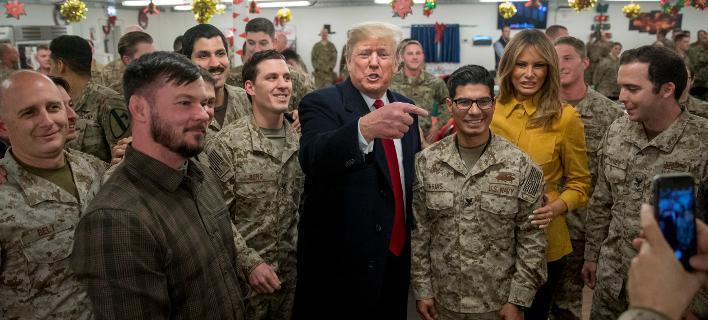 Ο Ντόναλντ Τραμπ και η Μελάνια κατά την επίσκεψή τους στην αμερικανική βάση στο Ιράκ -Φωτογραφία: AP Photo/Andrew Harnik