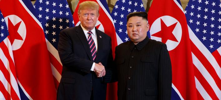 Με χαμόγελα και χειραψίες η συνάντηση Τραμπ-Κιμ Γιονγκ Ουν στη δεύτερη Σύνοδο Κορυφής [εικόνες]