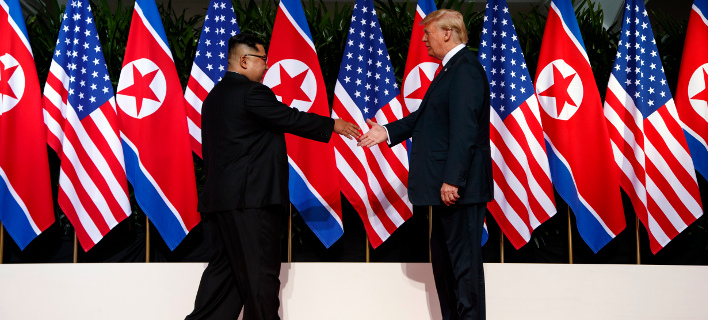 Η ιστορική χειραψία Τραμπ- Κιμ Γιονγκ Ουν. Φωτογραφία: AP