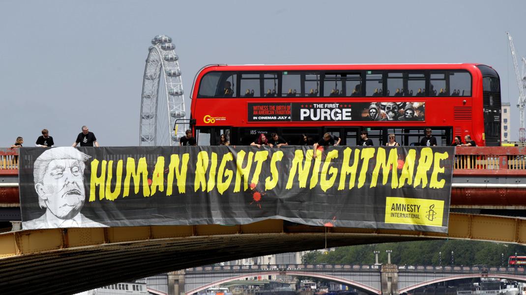 Τραμπ: «Ο εφιάλτης των ανθρωπίνων δικαιωμάτων» - Ετσι υποδέχονται τον πρόεδρο των ΗΠΑ στο Λονδίνο -Φωτογραφία: AP Photo/Luca Bruno