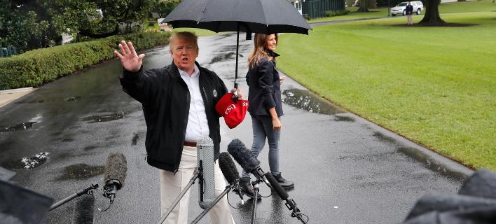 Μόνο για τον εαυτό του την ήθελε την ομπρέλα ο Τραμπ. Φωτογραφία: AP
